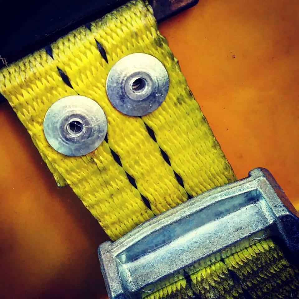 Gulp!! Bretella gialla. Il supereroe dei pantaloni cadenti.