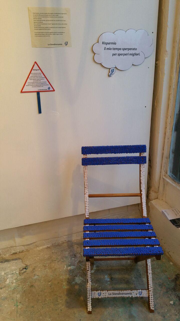 Una seggiola bianca e blu per la laguna veneziana