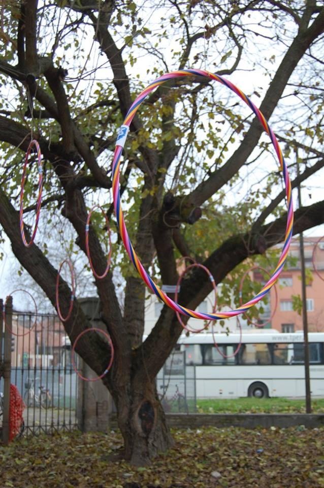 Sguardi che attraversano gli hula hoop guidano verso una poesia invisibile