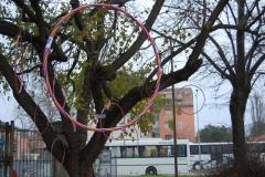 Come dei buchi spaziali gli hula hoop guidano lo sguardo altrove